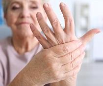 Zlepšení příznaků revmatoidní artritidy podáváním bylinných čajů